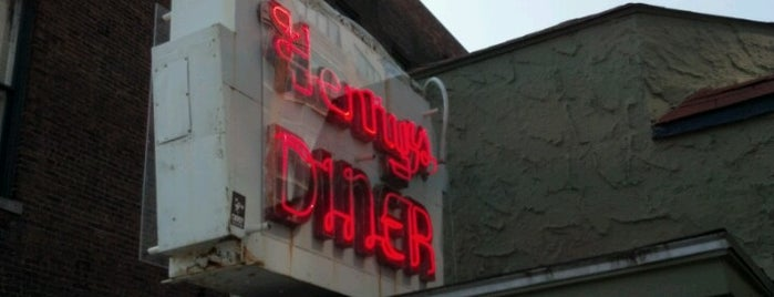 Henry's Diner is one of Locais salvos de Ethan.