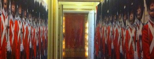 Amalienborgmuseet is one of Tempat yang Disimpan Hans-Henrik T.