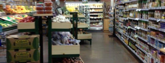 Natural Grocers is one of Tempat yang Disukai Kristen.