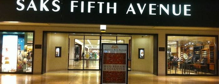 Saks Fifth Avenue is one of Orte, die Samah gefallen.