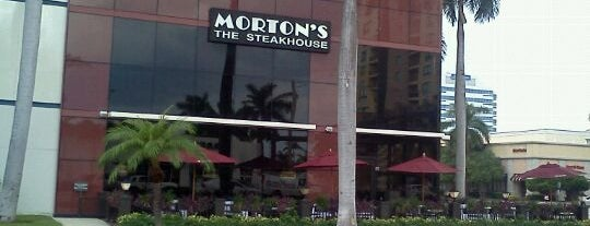 Morton's The Steakhouse is one of Locais salvos de Neil.