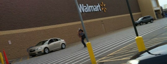 Walmart Supercenter is one of Lieux qui ont plu à Julie.