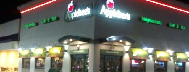 Applebee's Grill + Bar is one of Tempat yang Disukai Ronald.