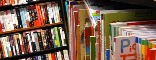 Books Kinokuniya is one of Lugares favoritos de Chayaporn.