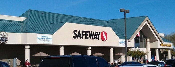Safeway is one of Lugares favoritos de Charlie Allred.