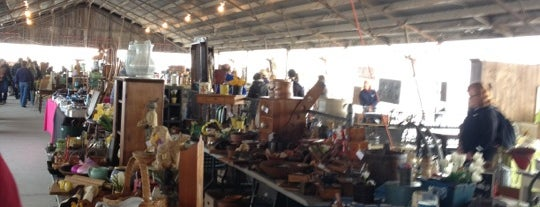 Kane County Flea Market is one of Orte, die Hannah gefallen.