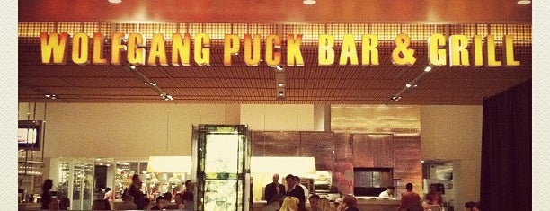 Wolfgang Puck Bar & Grill is one of Posti che sono piaciuti a bruce.