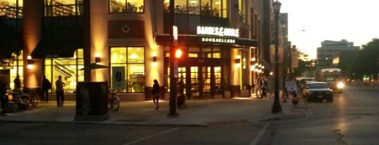 Barnes & Noble is one of Lugares favoritos de Marco.