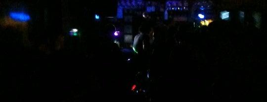 Snops Bar is one of sevdiğim ,gitttiğim cafeler ve barlar.