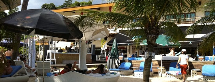 Azzura Beach Club is one of Clubbing: FindYourEventInSG.
