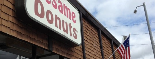 Sesame Donuts is one of Lugares favoritos de Ian.