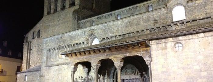 Catedral De Jaca is one of Escenarios de la novela TIERRA SIN REY.