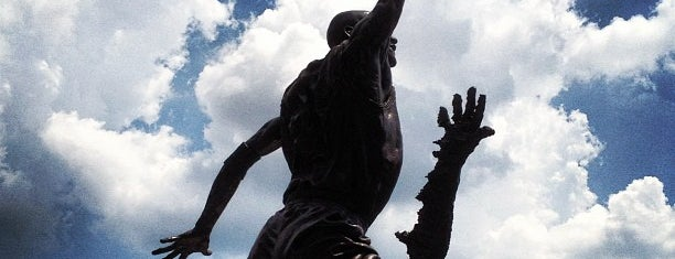 The Spirit by by Omri & Julie Rotblatt-Amrany (Michael Jordan Statue) is one of Gespeicherte Orte von Benny.