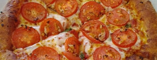 Fresco Pizzeria is one of สถานที่ที่ Robin ถูกใจ.