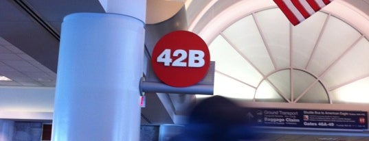 Gate 42B is one of Lugares favoritos de T.