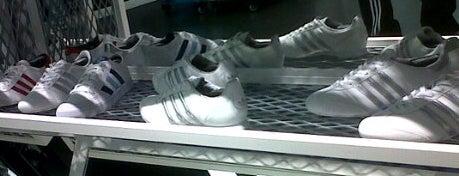 adidas is one of สถานที่ที่ Juan María ถูกใจ.