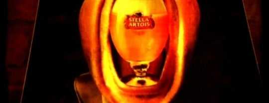 Stella Artois is one of Gezgin geyikler yemekte.
