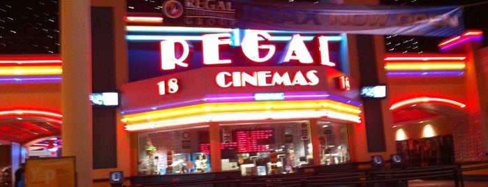 Regal Cinemas Arbor Place 18 & IMAX is one of Janet'in Beğendiği Mekanlar.
