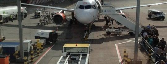 International Departures is one of Tempat yang Disukai Azad.