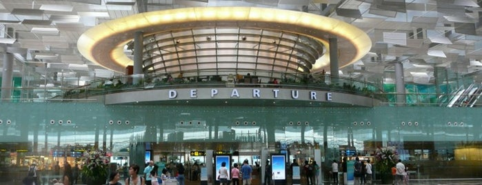 Aeroporto de Singapura Changi (SIN) is one of Locais curtidos por Lorraine.
