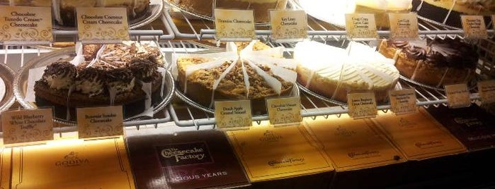 The Cheesecake Factory is one of Lugares favoritos de Latonia.