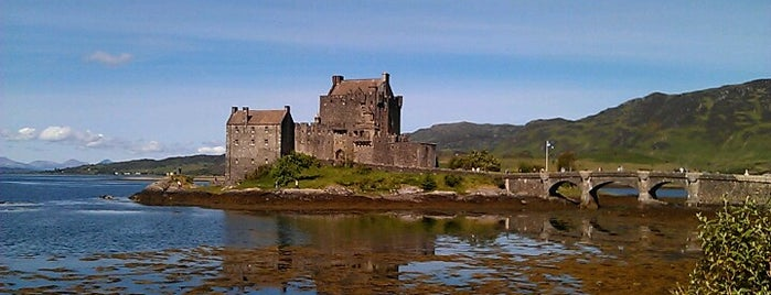 Eilean Donan Castle is one of Lugares favoritos de Hanna Victoria.