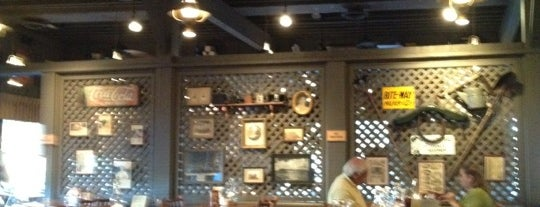 Cracker Barrel Old Country Store is one of Nicholasさんのお気に入りスポット.