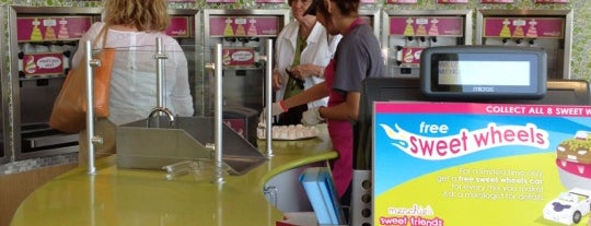 Menchie's Frozen Yogurt is one of Andrew'in Beğendiği Mekanlar.