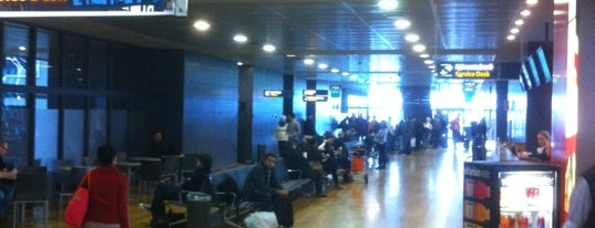 Aeroporto Internacional de Queflavique (KEF) is one of Airports (around the world).
