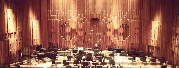 Barbican Concert Hall is one of Lugares favoritos de Thomas.