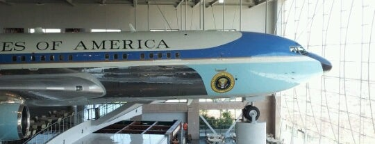 Air Force One Pavilion is one of Lieux qui ont plu à Bret.