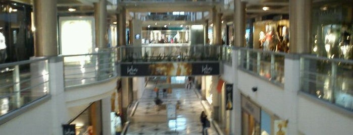 Alcorta Shopping is one of Lugares favoritos de Helena.