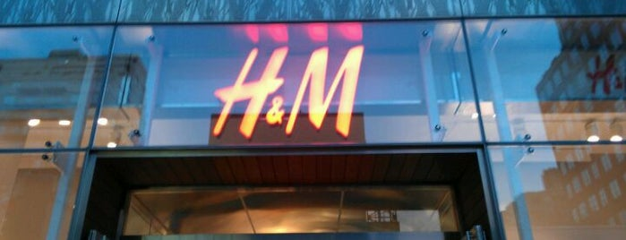 H&M is one of Orte, die Marizza gefallen.