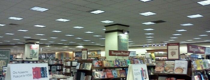 Barnes & Noble is one of Lieux qui ont plu à Molly.