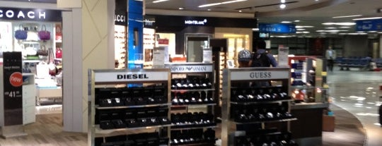 Mumbai Duty Free is one of Lugares favoritos de Mike.