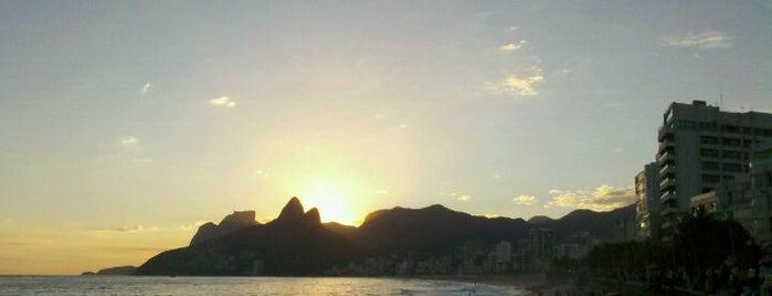 Pedra do Arpoador is one of 10  lugares para apreciar a paisagem do Rio.
