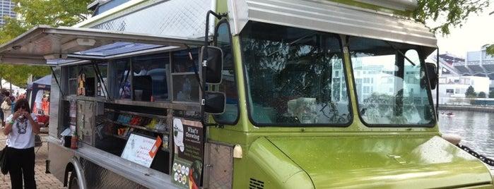 Umami Moto Food Truck is one of Tempat yang Disukai Melanie.