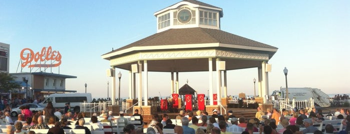 Rehoboth Beach Bandstand is one of Orte, die Andrew gefallen.