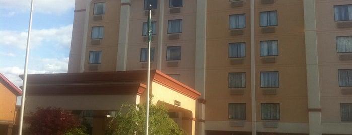 La Quinta Inn & Suites New Britain/Farmington is one of สถานที่ที่ Haluk ถูกใจ.