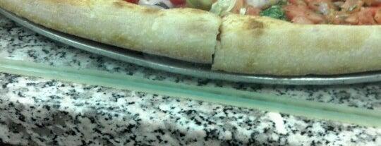 Gino's Pizzeria is one of Lugares favoritos de Tracie.