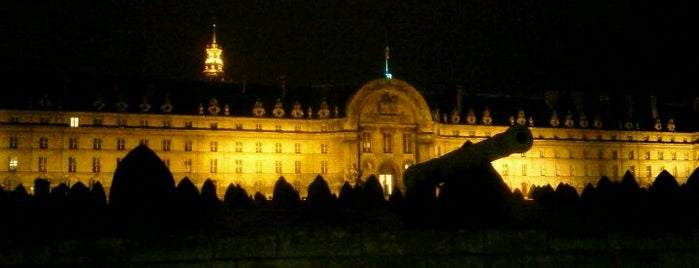 Hôtel National des Invalides is one of Museus.