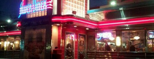 Silver Diner is one of สถานที่ที่ Kim ถูกใจ.