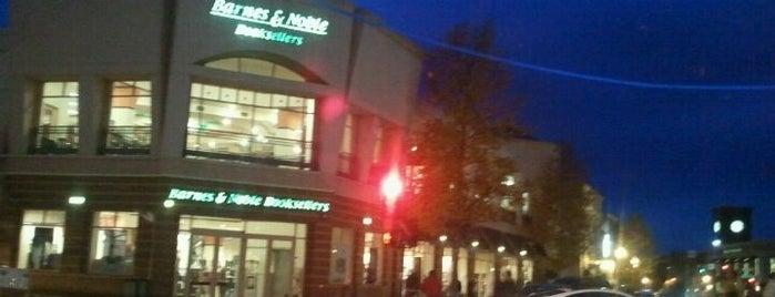 Barnes & Noble is one of Lieux qui ont plu à Michi.