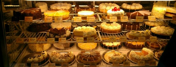 The Cheesecake Factory is one of Lugares favoritos de Amy.