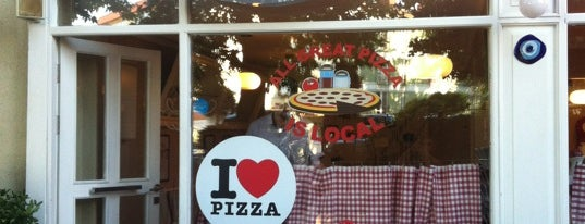 Olivia's Pizzeria is one of Locais curtidos por Nur.