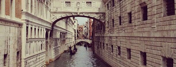 Ponte dei Sospiri is one of Venezia Essentials.