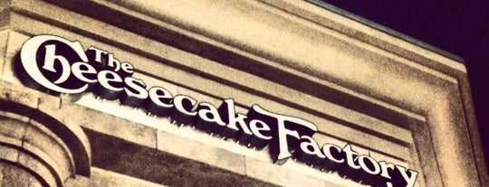 The Cheesecake Factory is one of Alejandroさんのお気に入りスポット.