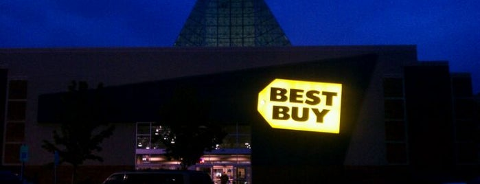 Best Buy is one of Tempat yang Disukai Jen.