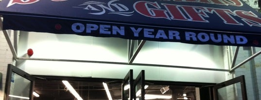 Red Sox Team Store is one of Orte, die Lindsaye gefallen.