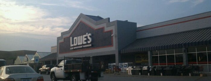 Lowe's is one of Lieux qui ont plu à Christine.